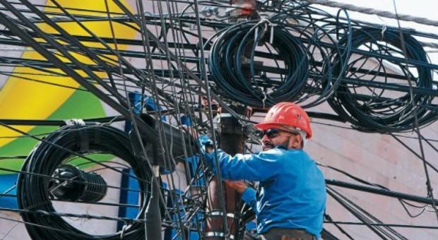 Buscan eliminar cables en desuso en ciudad de Castro