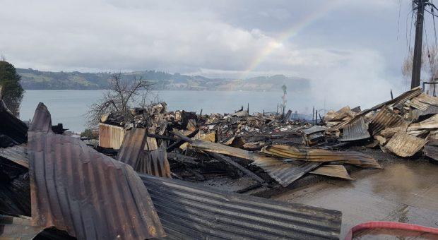 Castro: tres personas fallecidas y cuatro inmuebles totalmente destruidos por voraz incendio.